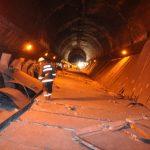 上海の地下鉄の駅で天井崩落